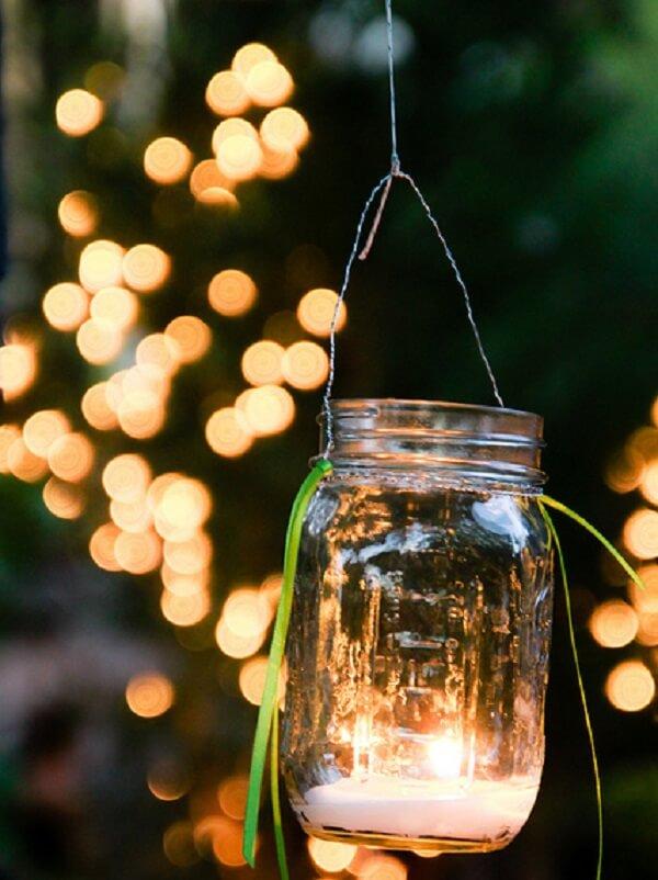 Lanternas iluminadas podem formar lindos enfeites para jardim