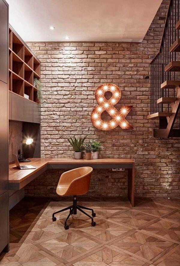 Letra decorativa iluminada traz estilo para o espaço do home office