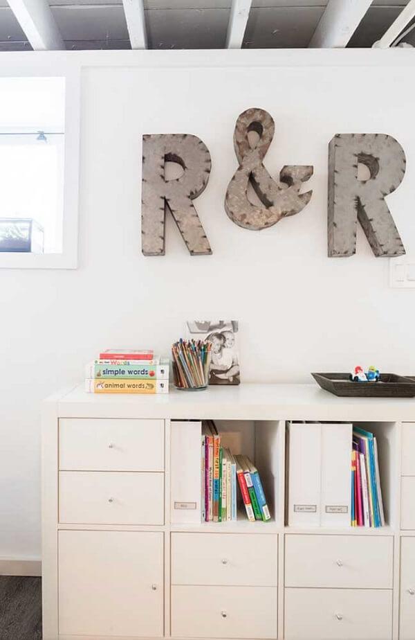 Letras fixadas na parede feitas com metal em 3D