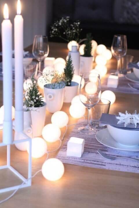 Luzes redondas como decoração de mesa de ceia de natal