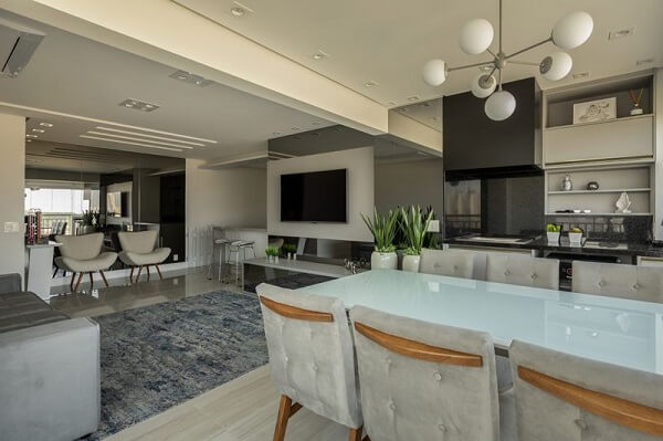Mesa com vidro jateado e cadeiras de veludo cinza