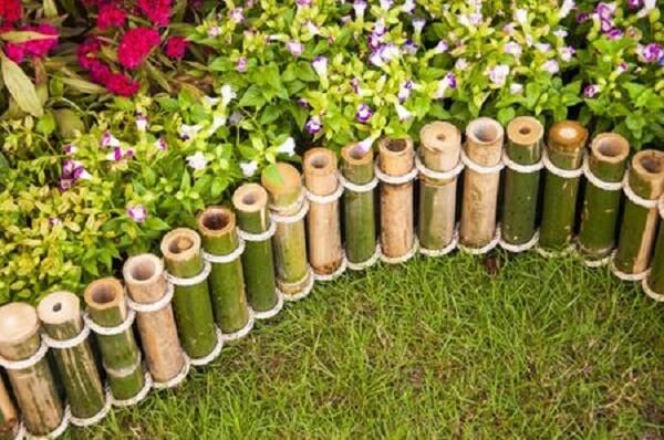 Mini cerca de bambu instalada no jardim
