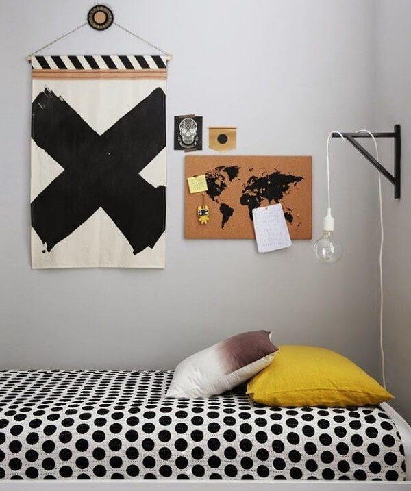 Mini quadro de cortiça fixada na parede do quarto