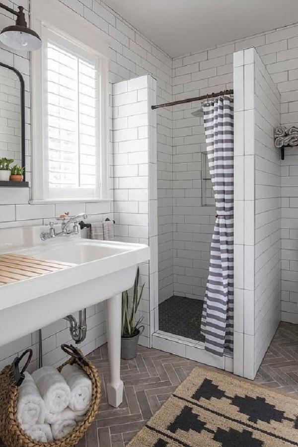 Modelo de cortina para banheiro discreto e clean