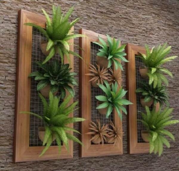 Modelo de jardim vertical artificial feito com bromélias