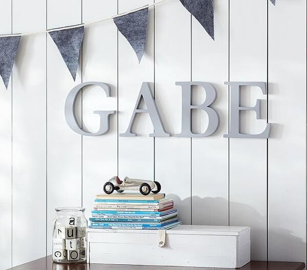 Modelo de letra decorativa feita em madeira