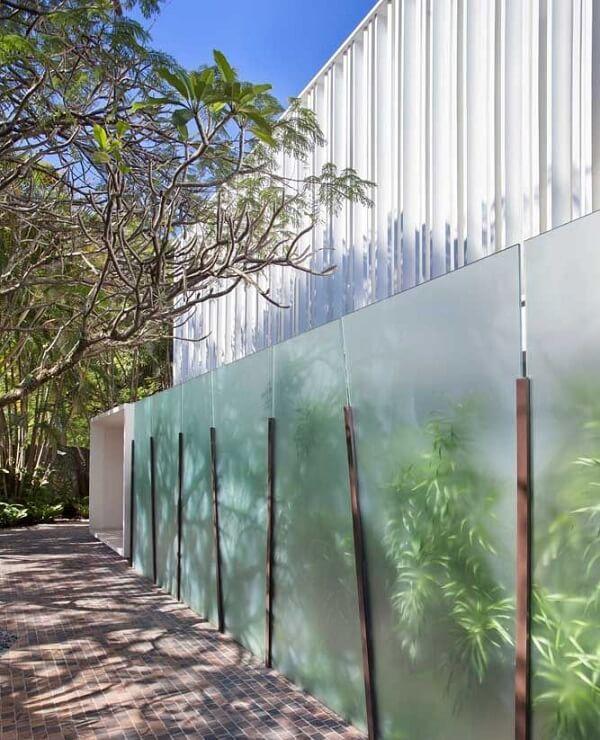 Muro estruturado com vidro jateado