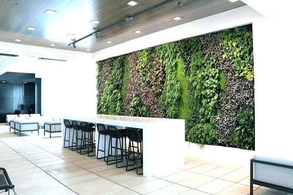 O ambiente compartilhado recebeu a presença de um grande painel de jardim vertical artificial