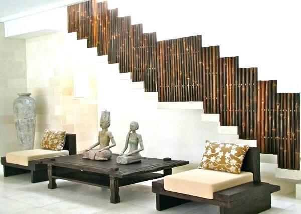 O guarda corpo da escada recebeu como acabamento a cerca de bambu