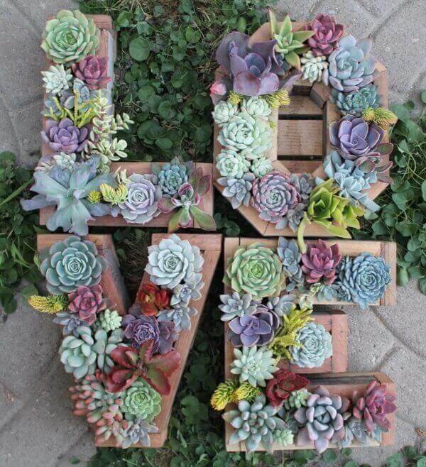 O jardim de suculentas complementa a estrutura da palavra LOVE