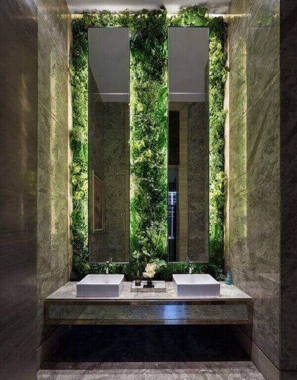 O jardim vertical artificial traz elegância e sofisticação ao banheiro