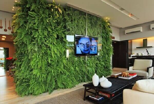 O jardim vertical artificial foi utilizado como painel de tv na sala de estar
