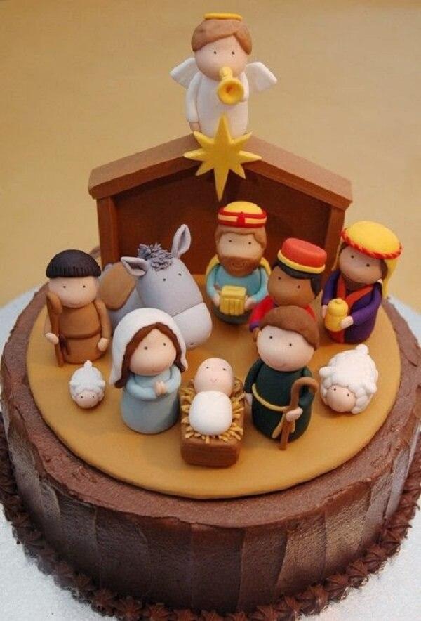 Os personagens desse bolo foram feitos com pasta americana