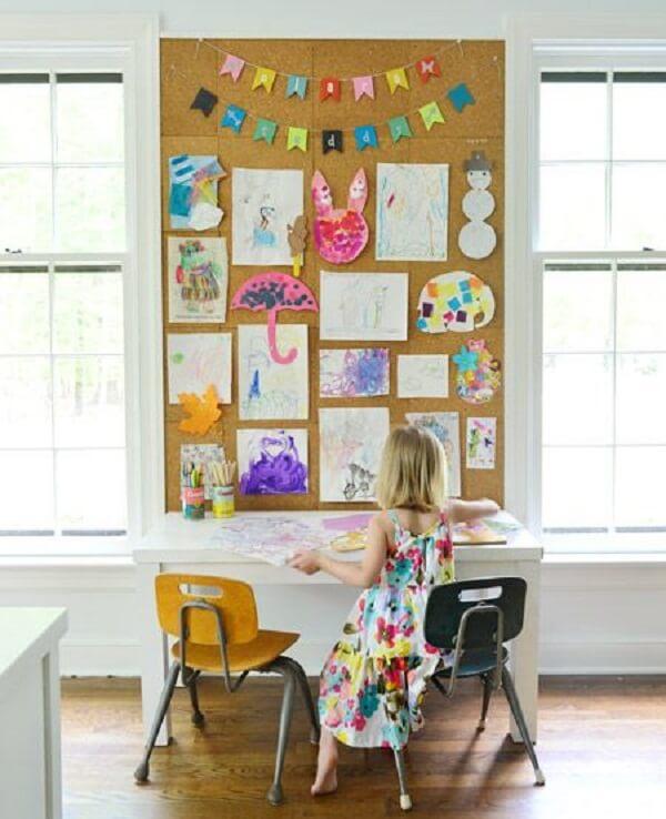 O quadro de cortiça grande pode ser utilizado no quarto das crianças