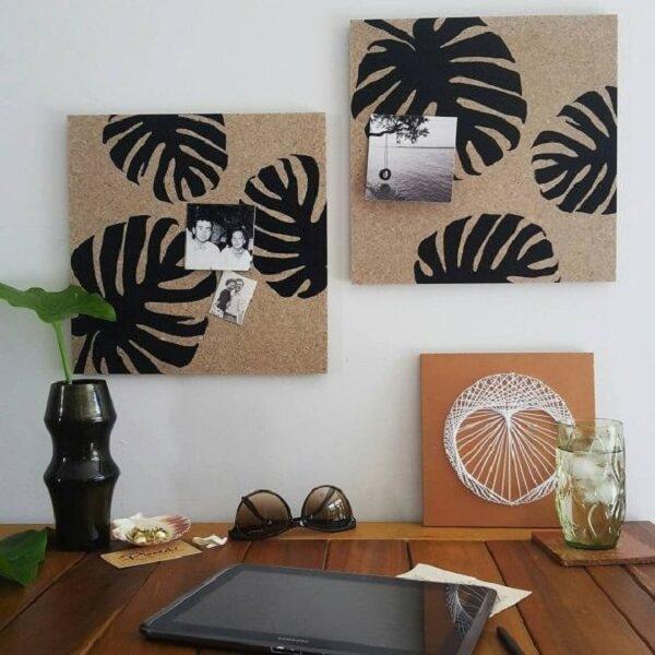 O quadro feito de cortiça pode receber um pintura de stencil e ser utilizada para fixar fotos