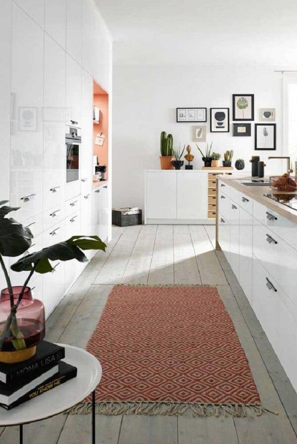 O tapete geométrico colorido traz um toque charmoso para a cozinha. Fonte: Pinterest