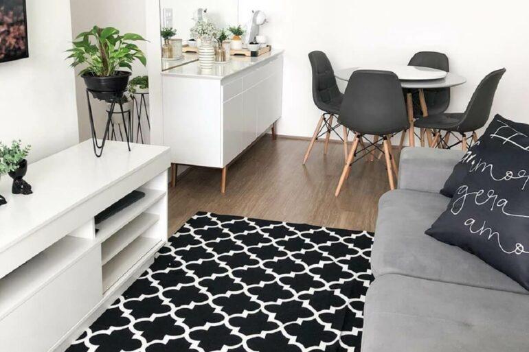 O tapete geométrico traz modernidade para a decoração. Fonte: Apto 182