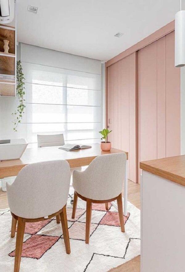 O tapete para sala de jantar geométrico reforça o toque romântico na decoração. Fonte: Pinterest
