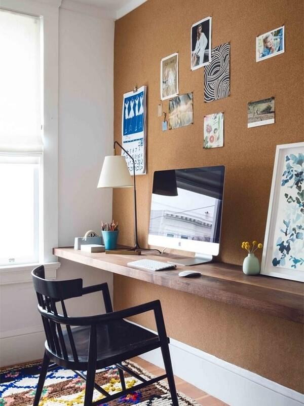 Para economizar na montagem do home office opte por um quadro de cortiça na parede
