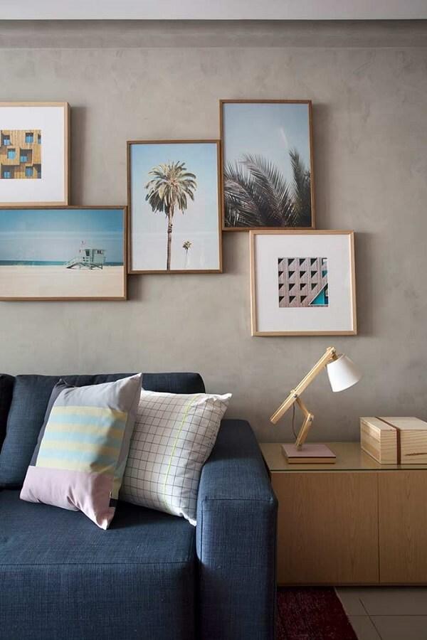 Parede de cimento queimado e quadros decorativos para a sala de estar