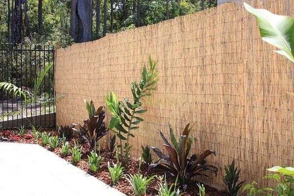 Pequeno jardim com cerca de bambu