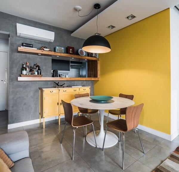 Pinte uma parede de cimento queimado e a utra em tom de amarelo