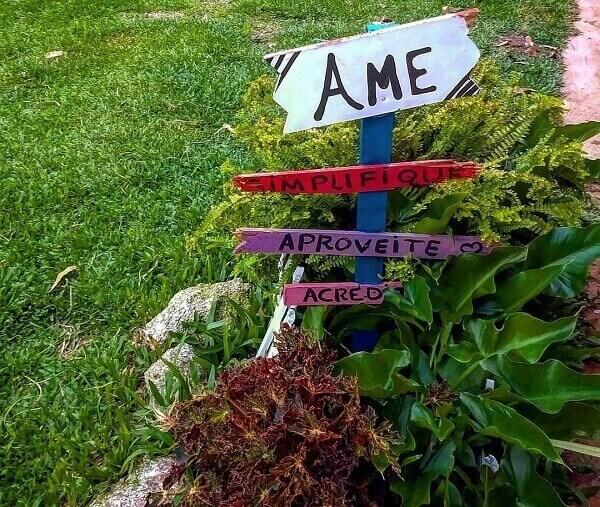 Plaquinhas decorativas servem como enfeites de jardim