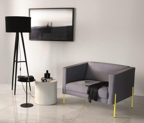 Poltrona cinza com pés amarelo