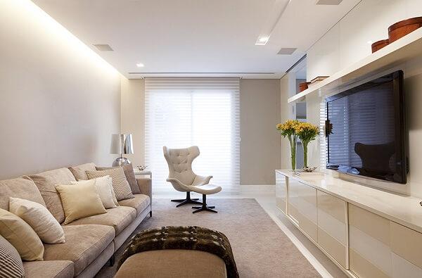 Poltrona para sala de TV com acabamento em capitonê