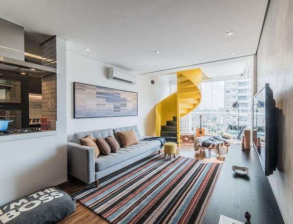 Poltronas para sala de tv e tapete listrado complementa a decoração