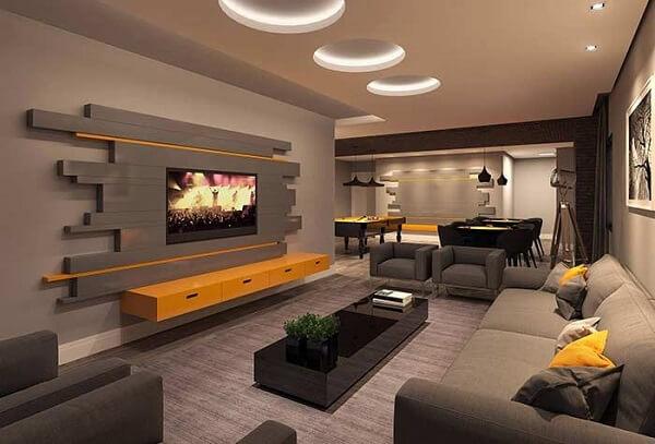 Poltronas para sala de tv em tom cinza e tapete de tecido