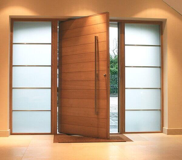 Porta de madeira com vidro jateado nas laterais