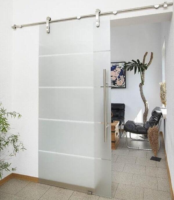Porta de vidro jateado com roldanas separam ambientes
