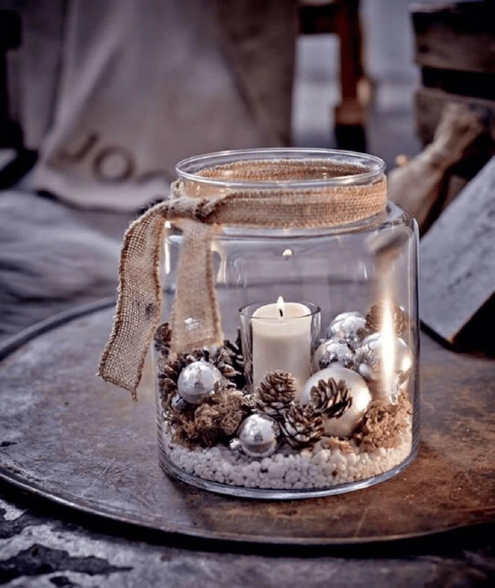Pote de vidro decorado com pinhas e velas de Natal Foto Pinterest