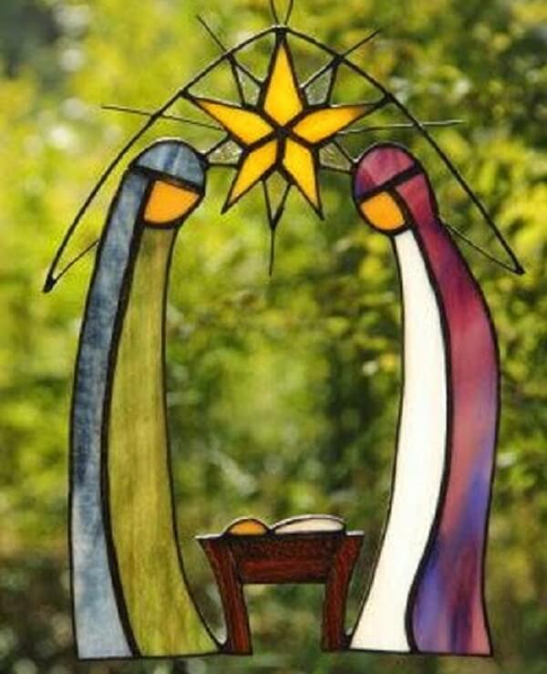 Presépio criativo feito com vitral transmite delicadeza ao ambiente