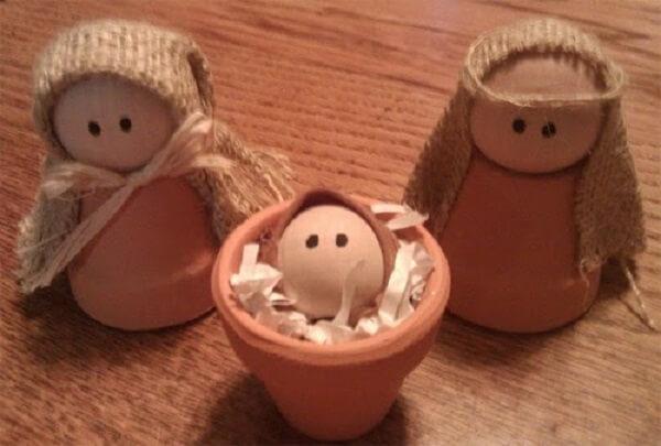 Mini vasinhos de barros foram utilizados para representar os personagens