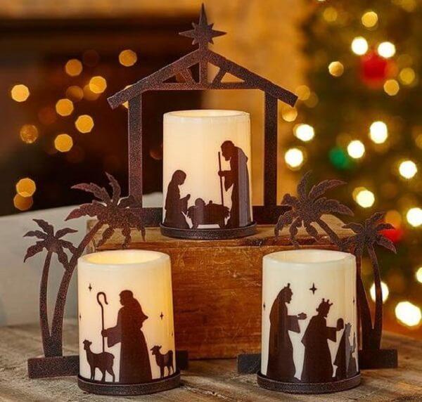 Presépio feito com vidro decorativo e velas