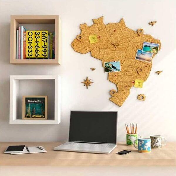 Quadro feito de cortiça com formato do mapa do Brasil