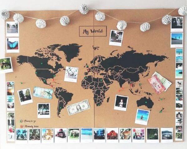 Quadro de cortiça com o desenho do Mapa Mundi e inúmeras fotos
