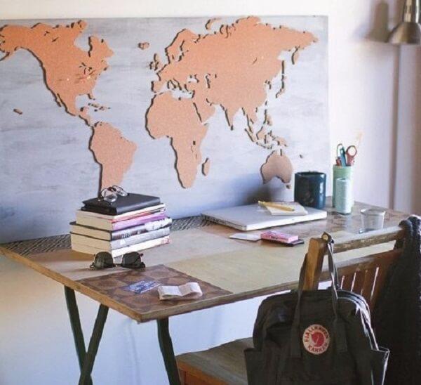 Quadro feito de cortiça de Mapa Mundi complementa a decoração do ambiente