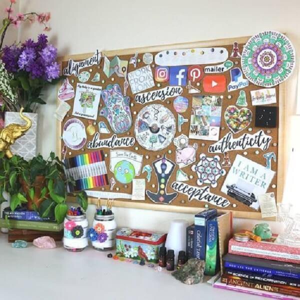 Quadro de cortiça descolada encanta a decoração do ambiente