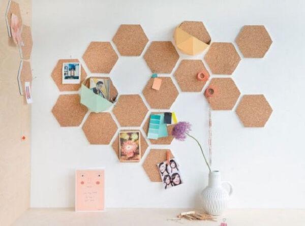 Quadro feito de cortiça recortado em formatos geométricos formam um lindo conjunto na parede