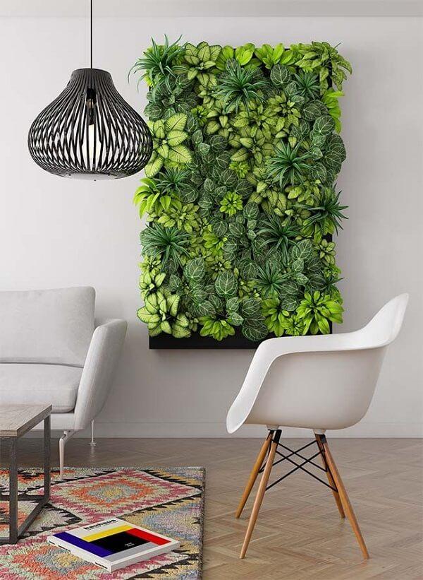 O tom verde do jardim vertical artificial traz alegria para a decoração da sala de estar