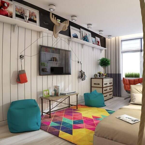 Quarto com prateleira de madeira branca e tapete geométrico colorido