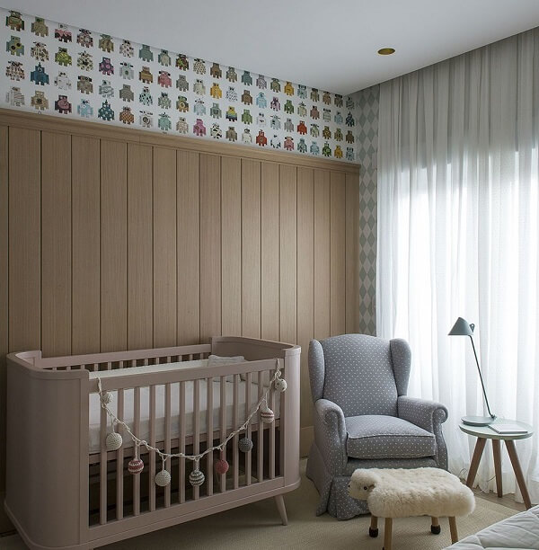 Quarto de bebê com berço rose e poltrona cinza estampada