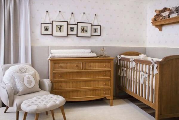 Quarto de bebê decorado com berço de madeira e poltrona amamentação cinza