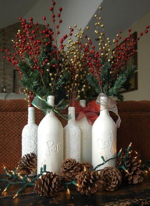 Reaproveite as garrafas dispersas pela casa e forme lindos enfeites de Natal