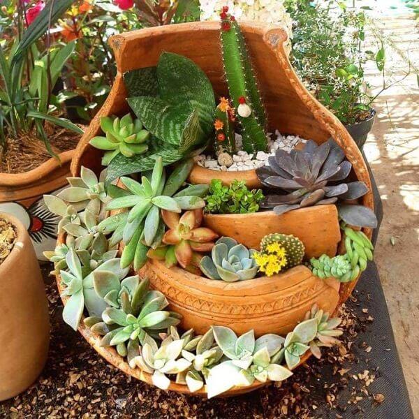 Reutilize vasos de casa para montar um mini jardim de suculentas