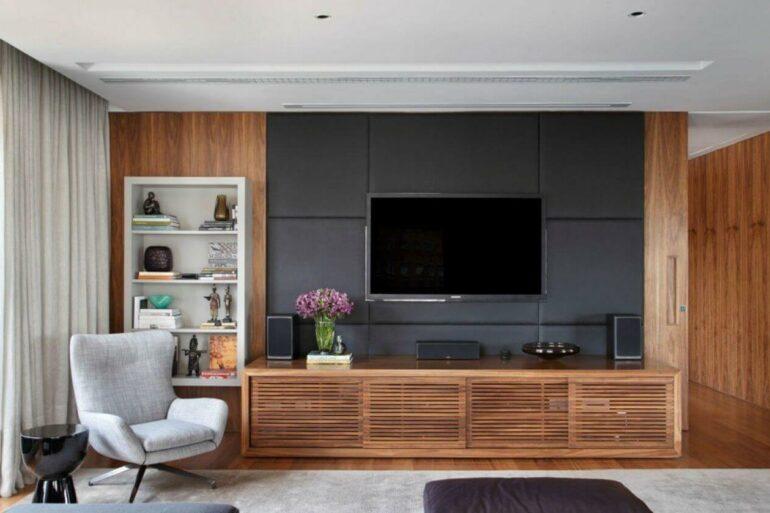 Sala ampla com rack de madeira