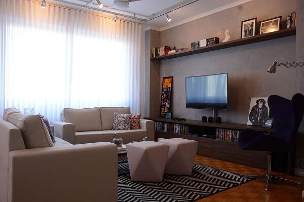 Sala de TV com parede de cimento queimado